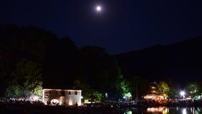 夜在有清楚的天空和满月的Thassos,在与小船的海滨 图库摄影