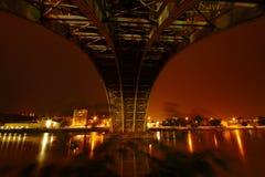 夜在桥梁下 库存图片