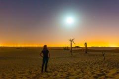 夜在现代沙漠 库存照片