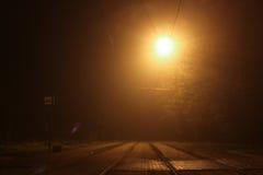 夜在电车的灯光,火车中止 免版税库存照片