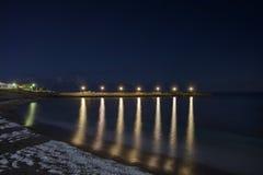 夜在码头的银行点燃 库存照片