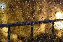 夜在窗口的雨下落 免版税库存照片