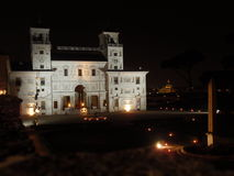 夜在罗马-美丽的别墅Medici 免版税库存照片
