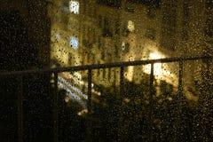 夜在街道上的雨下落 免版税库存图片