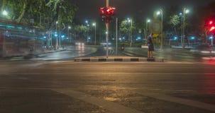 夜在街道交叉点的城市交通Hyperlapse  汽车和摩托车运动Timelapse  股票录像