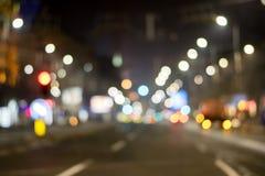夜在迷离的城市视图 城市街道模糊的照片 Streetlife bo 库存图片