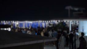 夜在水池附近的夏天俱乐部,当被弄脏和放松在天空下的人们 股票视频