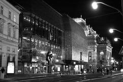 夜在黑白的光的布拉格街道 图库摄影