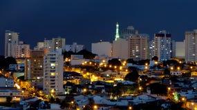 夜场面在一个城市在巴西 库存图片