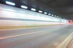 夜场面城市道路隧道  免版税库存照片