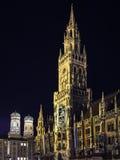 夜场面慕尼黑城镇厅 免版税库存图片