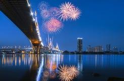 夜场面有烟花的Bhumibol桥梁,曼谷,泰国 免版税库存照片