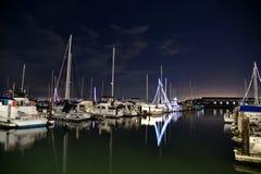 夜场面有船和小船的旧金山湾码头39 库存照片