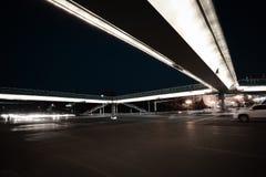 夜场面的都市人行桥和路交叉点 免版税库存照片