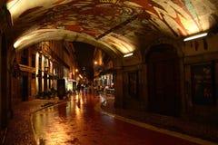 夜场面,被点燃成拱形与五颜六色的被绘的天花板 免版税库存图片