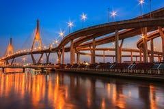 夜场面Bhumibol桥梁 库存照片