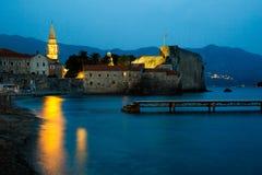 夜城市、古老墙壁在微明,中世纪被围住的城市和海 Budva老城镇, Montenegro 免版税库存照片