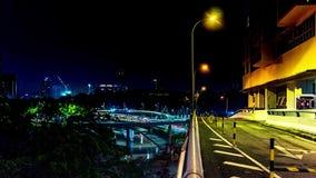 夜城市交通 大道和高速公路 通信流与被弄脏的行动 4K定期流逝,夜在吉隆坡 股票视频