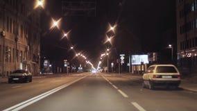 夜城市和路看法  照相机里面驾驶的汽车 股票录像