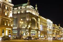 夜城市彼得斯堡涅夫斯基远景 免版税库存照片
