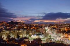 夜城市普罗夫迪夫,保加利亚 从其中一的看法小山 库存照片
