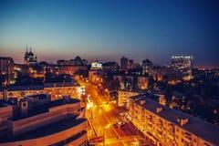 夜城市沃罗涅日,从屋顶上面的看法 免版税库存照片
