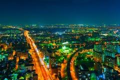 夜城市的图象从鸟` s飞行的高度的 免版税库存照片