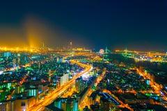 夜城市的图象从鸟` s飞行的高度的 图库摄影