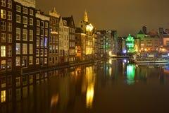 夜城市的明亮的光的阿姆斯特丹 库存照片