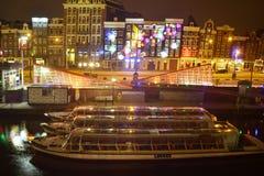 夜城市的明亮的光的阿姆斯特丹 免版税图库摄影