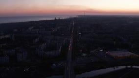 夜城市的顶视图 您能看到城市交通 股票视频