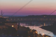 夜城市视图,从河的桥梁 库存照片
