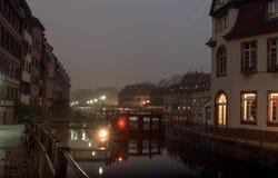 夜城市,位于河秋天的银行的房子 免版税库存照片