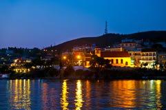 夜城市scape在Neos Marmaras 库存图片