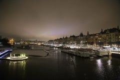 夜堤防在冬天斯德哥尔摩,老船, ellumination 图库摄影