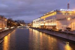 夜堤防的图象在莫斯科 库存照片