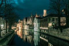 夜塔贝尔福和绿色运河在布鲁日 免版税库存照片