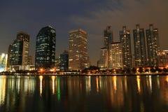 夜大厦和反射 免版税库存图片