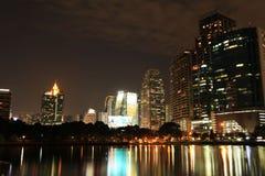 夜大厦和反射 免版税库存照片