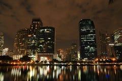 夜大厦和反射 库存图片