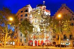夜室外视图Gaudi的创作房子住处Batlo 免版税库存照片