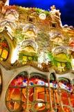夜室外视图Gaudi的创作房子住处Batlo 免版税库存图片