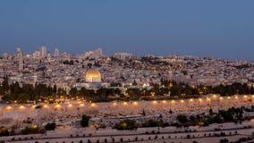 夜射击了岩石和圣殿山的圆顶 免版税图库摄影