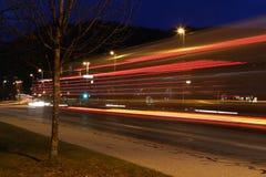 夜射击了与星巴克咖啡大厦的交通 库存照片
