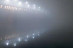 夜射击了在大雾的一座桥梁 库存图片