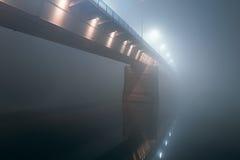 夜射击了在大雾的一座桥梁 库存照片