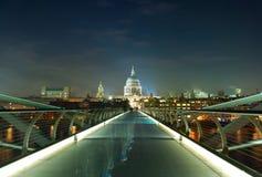 夜射击了在泰晤士河的千年桥梁在Lon 库存图片