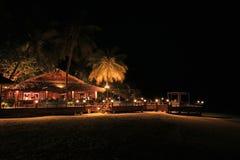 夜射击了在海滩酒吧在马尔代夫 免版税库存照片