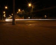 夜射击了有一个久曝光时间的一条街道 免版税库存图片