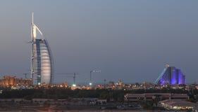 夜射击了迪拜的最知名的地标:Burj Al阿拉伯人和Jumeraih使旅馆靠岸 图库摄影